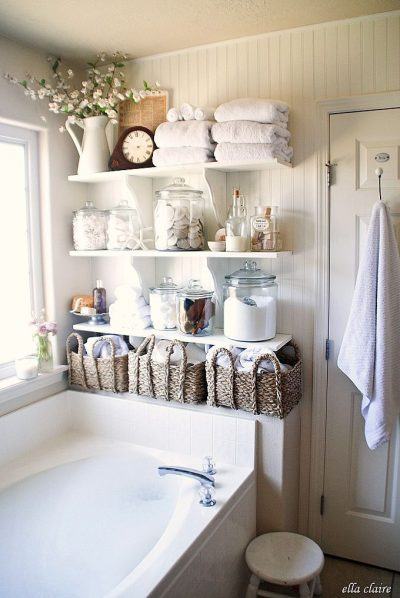 Loving the farmhouse decor of this bathroom! It's so neat and organized. Repin for later!