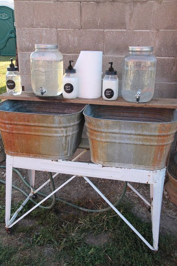Make an outdoor hand wash station for your guest during your summer barbecue. #summer #bbq #masonjar #rustic
