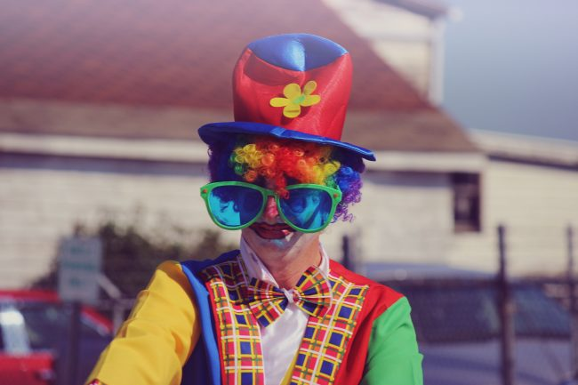 Learn how to start a business from home selling Halloween costumes! #halloweencostumes #workfromhomeideas #homebusiness