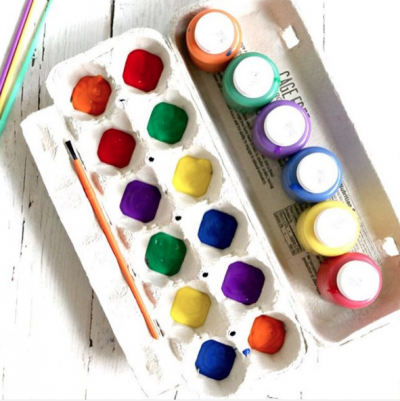 Keep craft time tidy by placing paints in an empty egg carton.   Toddler Parenting Hacks