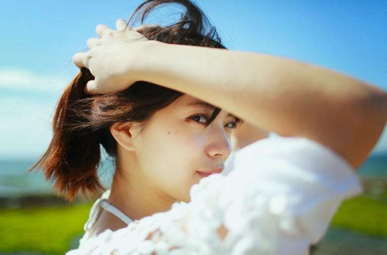 髪を縛る女の子