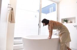 お風呂にお湯をはる人