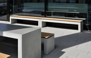 OGGI-Beton: Betonbank mit Holzauflage