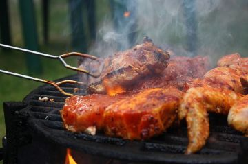 800px-Grilled_steaks_turned_by_grill_tongs_in_Czech_Republic