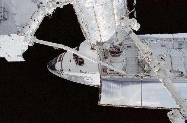 Shuttle_Endeavour_angedockt_an_der_ISS