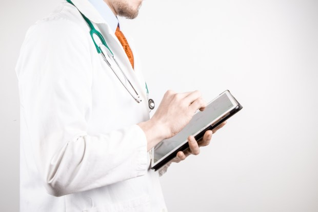 doctor-with-tablet-14619131467c0