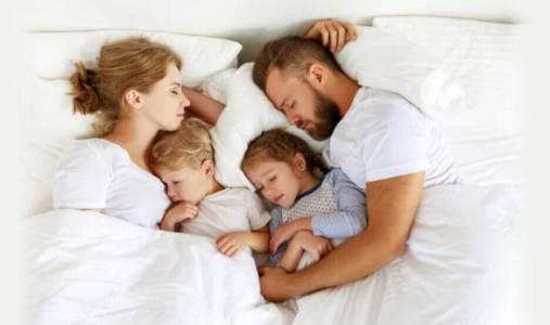 全家人睡在床上