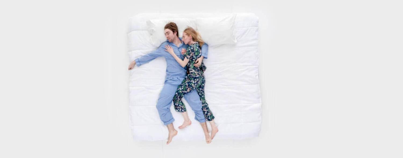 兩人睡在雙人床上