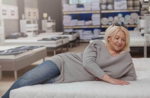 女人側趴在床上