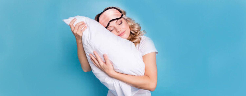 女人抱著枕頭