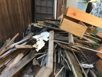 玄関脇に積んであった廃材。