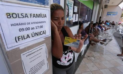Fila do Bolsa Familia em Nova Iguaçu, baixada Fluminense: programa deve ser susbtituído pelo Renda Cidadã Foto: Cléber Júnior / Agência O Globo