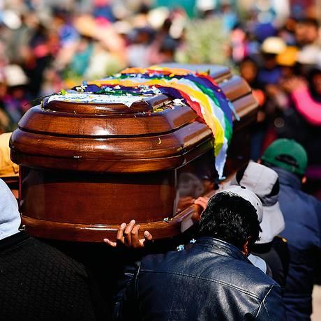 x85801972 Men carry the coffin of one of eight supporters of Bolivias ex Pre.jpg.pagespeed.ic.oLntgWuiN  - A AMÉRICA LATINA EM TEMPOS DE CÓLERA: 'a região está numa encruzilhada e isso inclui o Brasil' - Por Michael Reid
