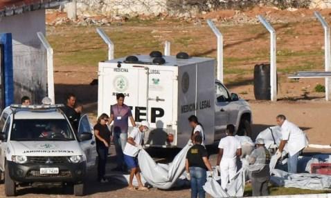 Corpos de presos mortos em rebelião no Rio Grande do Norte são carregados por peritos Foto: Josema Goncalves / Reuters / 15-1-2017