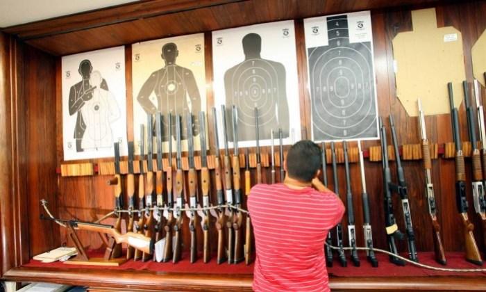 x26453727 3001.2008Fernando QuevedoRIVenda de armas loja Palomar em Niteroi.jpg.pagespeed.ic.qdQ Q7EG5K - EFEITO BOLSONARO? Procura por armas dispara no Brasil e aumenta número de baleados