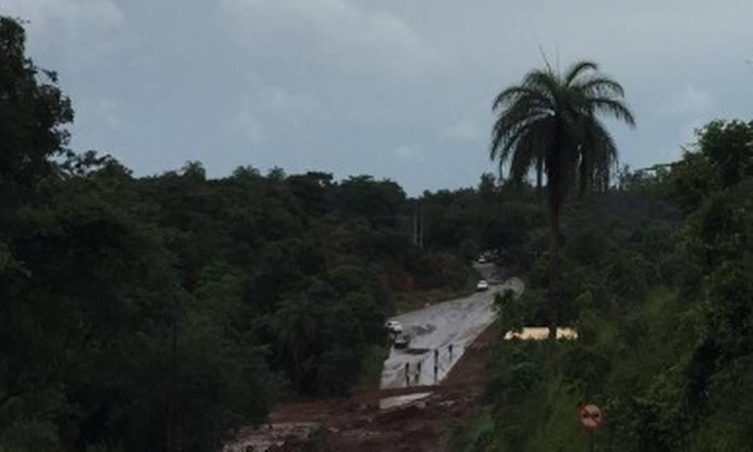 Helicóptero sobrevoa estrada interditada após ser atingida pela lama no incidente com a barragem no Córrego do Feijão, em Brumadinho Cleide Carvalho - Agência O Globo