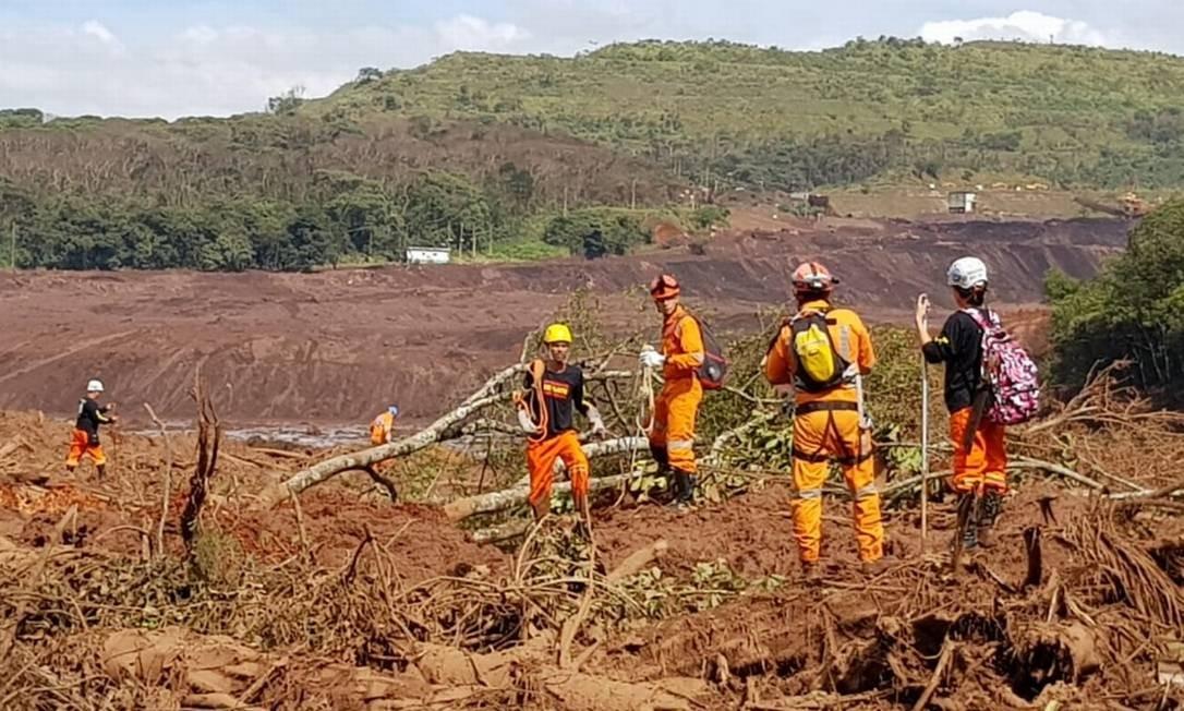 Trabalhos de resgate em Brumadinho foram interrompidos na manhã de domingo por causa do nevoeiro e do mau tempo na região Ana Lúcia Azevedo - Agência O Globo