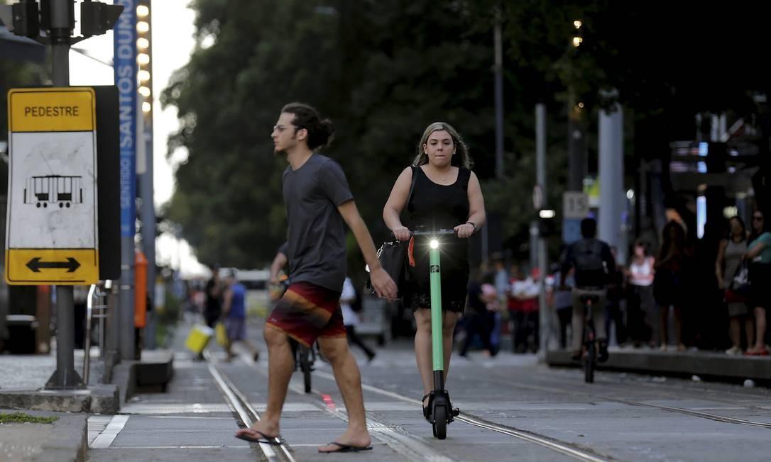 Serviço de aluguel de patinetes elétricos é alvo de queixas de pedestres e motoristas