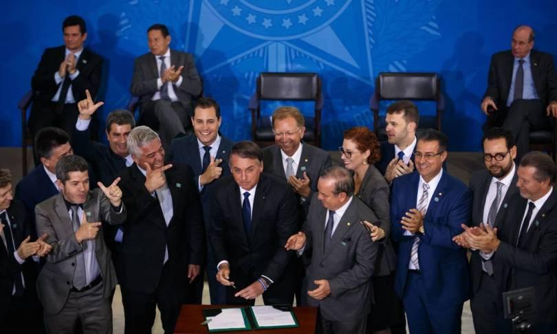 O presidente assina decreto que flexibiliza as regras para posse e porte de armas Foto: Daniel Marenco / Agência O Globo - 07/05/2019