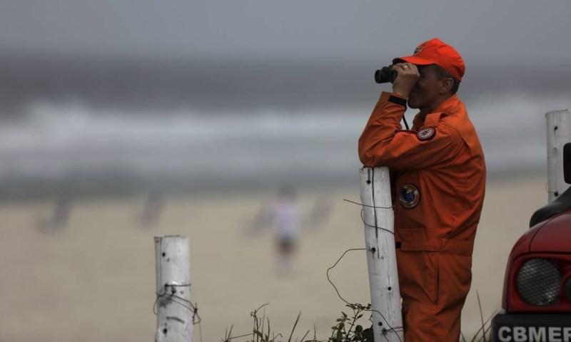 Bombeiro durante busca a estudante que despareceu no mar da Barra Foto: Custódio Coimbra / Agência O Globo