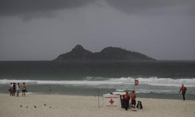 Equipes do Corpo de Bomeiros fazem busca no mar com uso de três mergulhadores, motoaquática, botes e um drone Foto: Custódio Coimbra / Agência O Globo