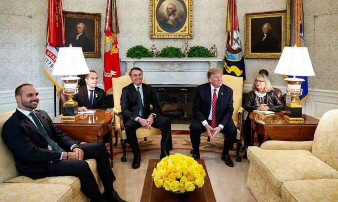 Eduardo Bolsonaro no Salão Oval da Casa Branca com Donald Trump e o pai durante visita oficial do presidente aos Estados Unidos: chanceler Ernesto Araújo ficou de fora Foto: Reprodução/Twitter