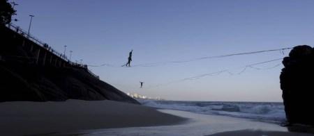 Praticantes de slackline desfrutam da nova praia que surgiu após ressaca: tendência é que local ganhe areia e depois suma Foto: Domingos Peixoto / Agência O Globo