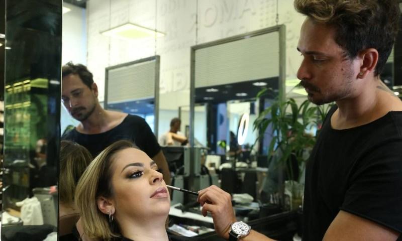 Toque final: o maquiador Djan Marinho, do Squasso, finaliza uma maquiagem inspirada na festa de ano novo Foto: Pedro Teixeira / Agência O Globo