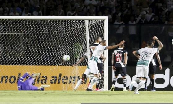 Fernando Miguel fica no chão enquanto jogadores do Goiás comemoram o gol da vitória em São Januário Foto: Guilherme Pinto / Agência O Globo
