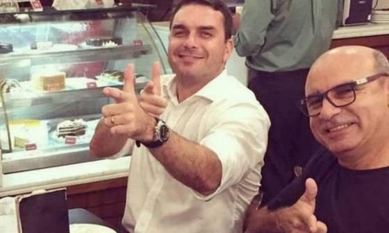 Flávio Bolsonaro com Fabrício Queiroz (à direita), ex-motorista e ex-segurança da atual senadora Foto: Reprodução / Rede Social