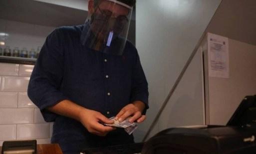 Gabriel Nunes, do Café Flamengo, tem receio de faltar troco Foto: Pedro Teixeira/Agência O Globo