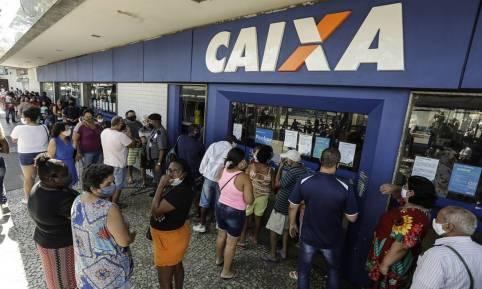 Fila de pagamento do auxílio emergencial: governo planeja mais três parcelas de R$ 200 Foto: Gabriel de Paiva / Agência O Globo