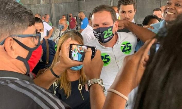 Eduardo Paes posou para fotos com apoiadores durante agenda de campanha em Santa Cruz Foto: Reprodução