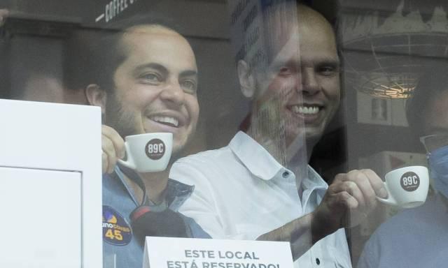 Covas toma café com o vereador eleito Thammy Miranda (PL), em campanha pelo bairro da Liberdade Foto: Edilson Dantas / Agência O Globo - 23/11/2020