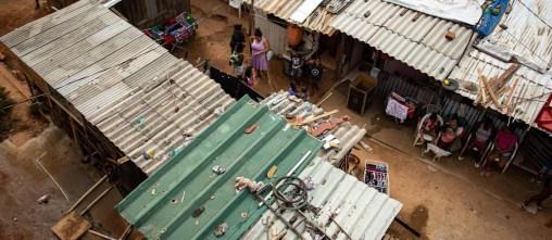 Carência. Comunidade sem saneamento em Santa Cruz, Zona Oeste do Rio: junto com condições de renda e escolaridade, habitação afeta a saúde infantil Foto: Hermes de Paula / Agência O Globo