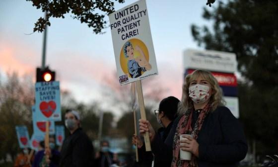 Profissionais de saúde protestam exigindo mais EPI, teste de coronavírus e equipe, enquanto o surto da doença de Covid-19 piora em West Hills, Los Angeles, Califórnia. Foto: LUCY NICHOLSON / REUTERS - 30/11/2020