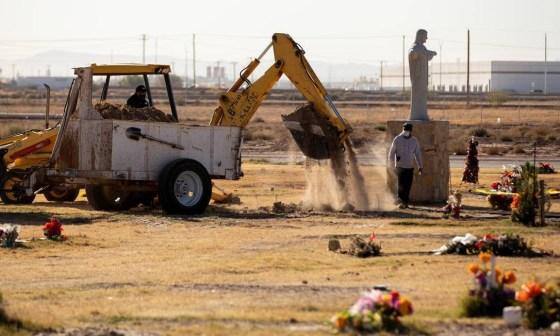 Equipe de trabalho abre novas sepulturas no Cemitério de Nossa Senhora do Monte Carmelo em El Paso, Texas Foto: IVAN PIERRE AGUIRRE / REUTERS - 25/11/2020