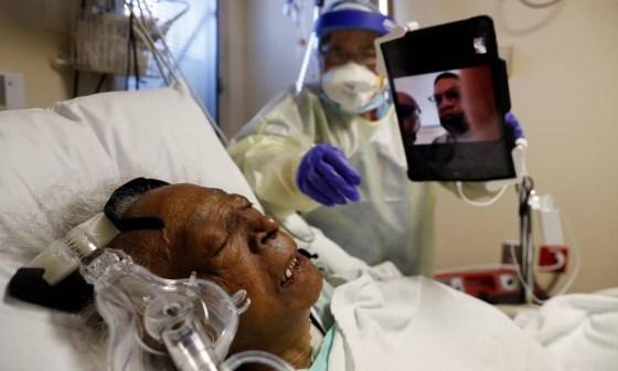 Um paciente Covid-19 é tratado em uma UTI no Roseland Community Hospital em Chicago, Illinois. Foto: SHANNON STAPLETON / REUTERS - 01/12/2020