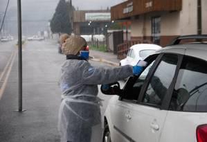 Motorista é submetido a medição de temperatura como medida de proteção contra o novo coronavírus no município de Urupema, na serra catarinense Foto: JERÔNIMO DO CARMO / ESTADÃO CONTEÚDO / 20.08.2020 / ESTADÃO CONTTEÚDO