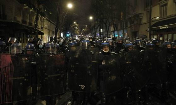 A polícia de choque monta guarda durante uma manifestação contra o projeto de segurança global de Macron em Paris Foto: GEOFFROY VAN DER HASSELT / AFP