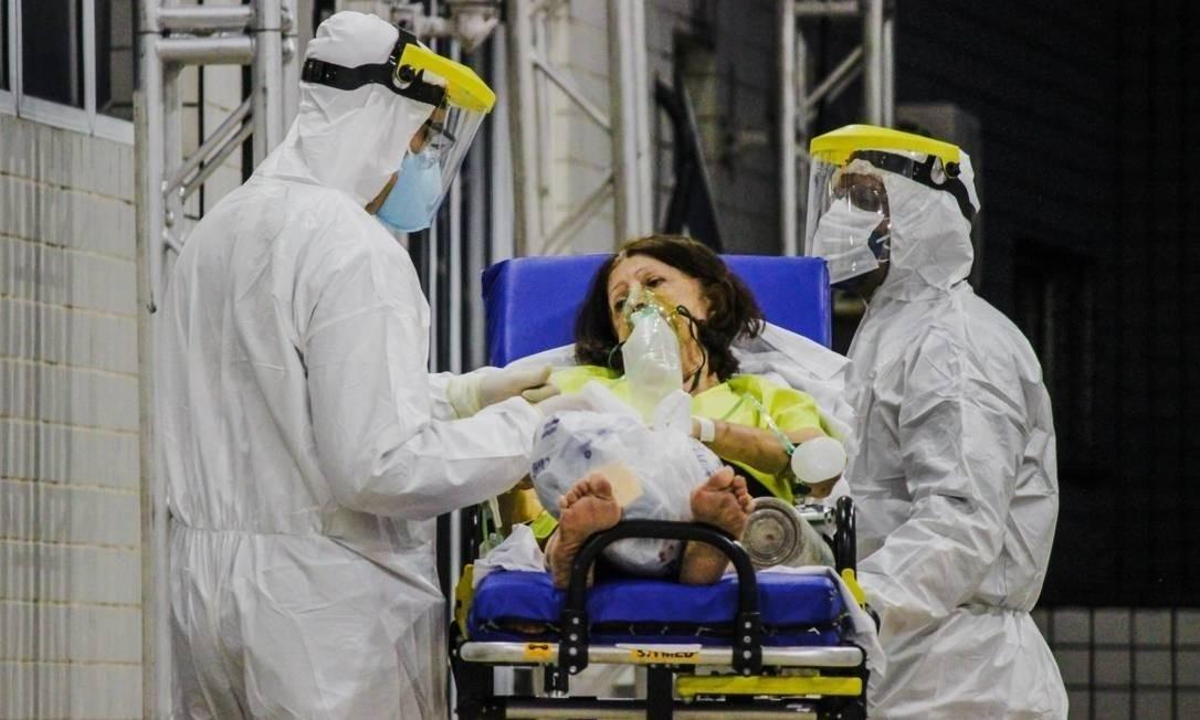 Equipe de profissionais de saúde usam equipamentos de proteção individual (EPIs) para atenderem pacientes com Covid-19 Foto: Mateus Dantas/Zimel Press / Agência O Globo