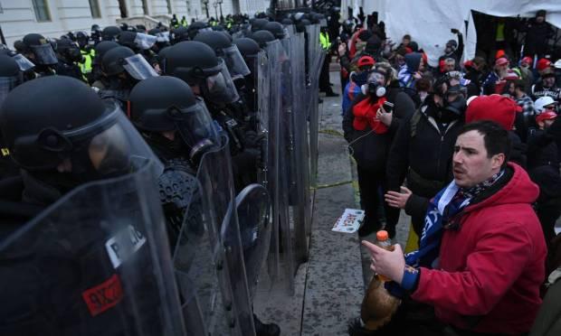 Donald Trump supporters confront police outside Congress Photo: BRENDAN SMIALOWSKI / AFP
