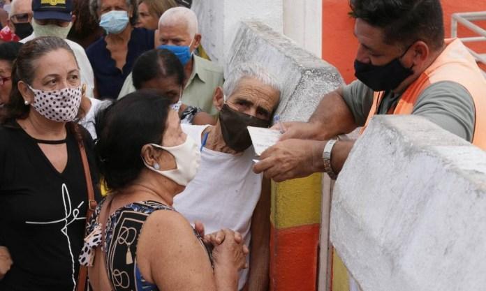 Elderly people line up to receive vaccination at the Neuza Brizola Post, in downtown Belford Roxo, Baixada Fluminense Photo: Cléber Júnior / Agência O Globo