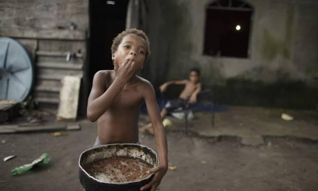Little Aline eats the crumbs of a cake Photo: Márcia Foletto / Agência O Globo