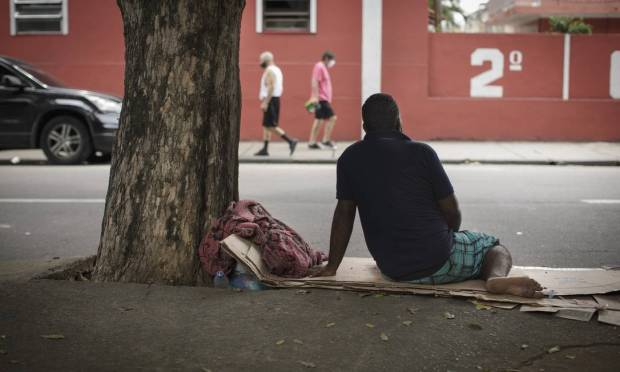 Julio, who preferred not to show his face, was a lantern worker and lost his job in the pandemic.  With family problems, he recently went to live on the street, sleeping in Praça Jardim do Méier, in the North Zone of Rio Photo: Márcia Foletto / Agência O Globo