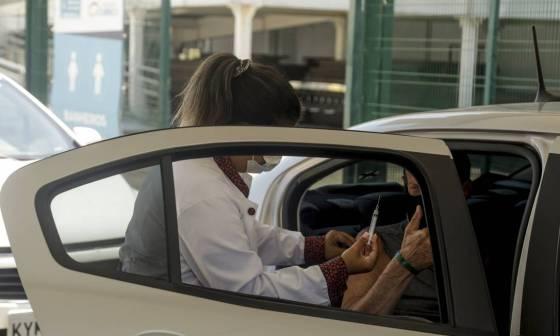 A vacinação no Parque Olímpico, na Barra da Tijuca, Zona Oeste do Rio, acontece no sistema drive-thru Foto: Gabriel de Paiva em 16-2-2021 / Agência O Globo