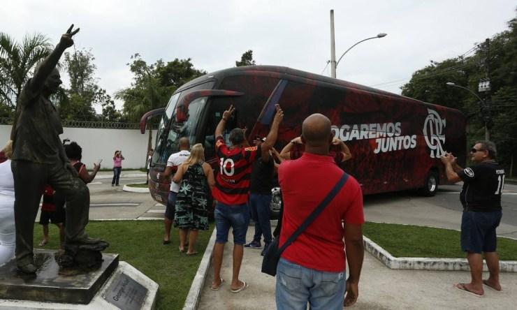 Torcedores recebem os jogadores no centro de treinamento Foto: Fabiano Rocha / Agência O Globo