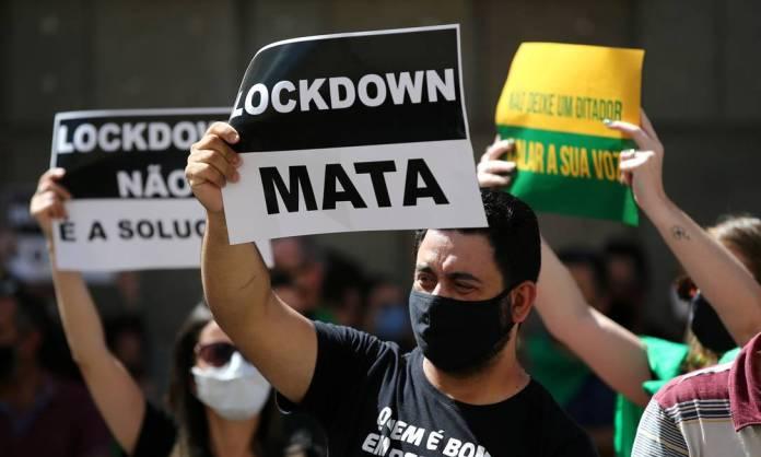 Negacionistas gaúchos protestam, na capital Porto Alegre, com discurso na contramão da ciência, que tem como o distanciamento social a medida mais eficiente para evitar a disseminação do coronavírus Foto: DIEGO VARA / REUTERS
