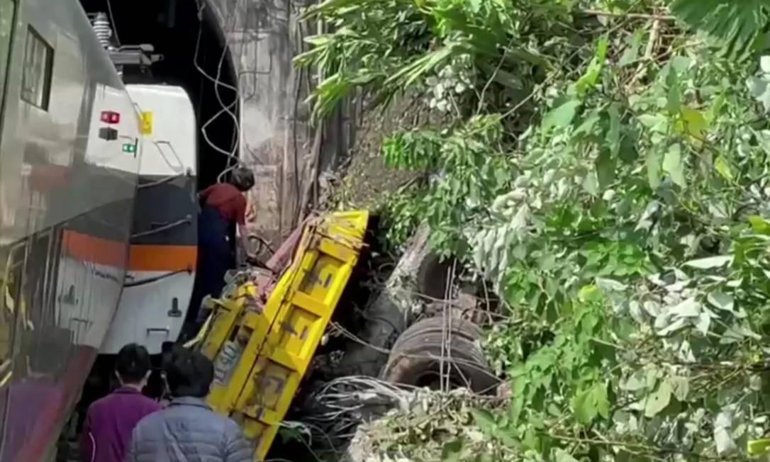 Equipes de resgate encontram dificuldade para acessar vagões que ficaram presos dentro do túnel Foto: FTV / VIA REUTERS