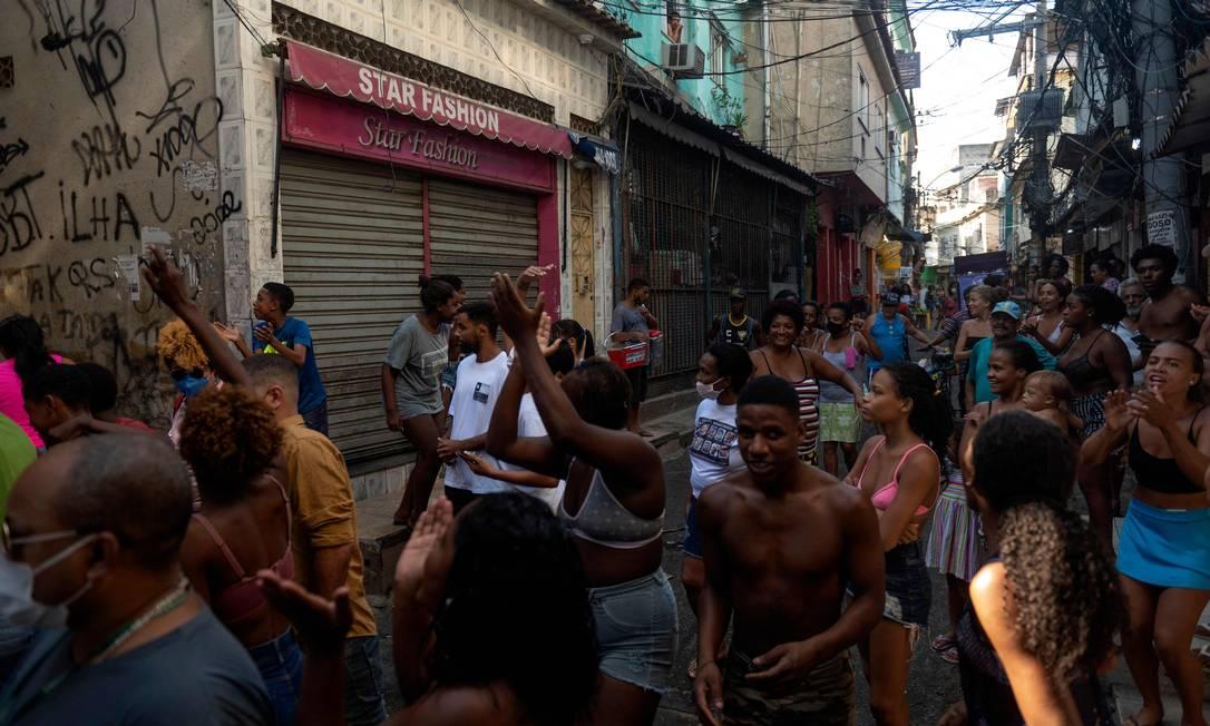 População do Jacarezinho protesta nas ruas onde aconteeceram a barbárie Foto: Mauro Pimentel / AFP